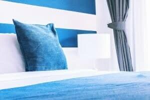 青と白が基調のベッド