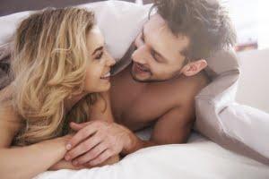 ベッドで笑い合うカップル