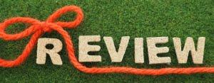 芝の上に置かれたREIVEWと書かれたコルク