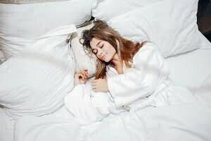 ベッドで眠る女性